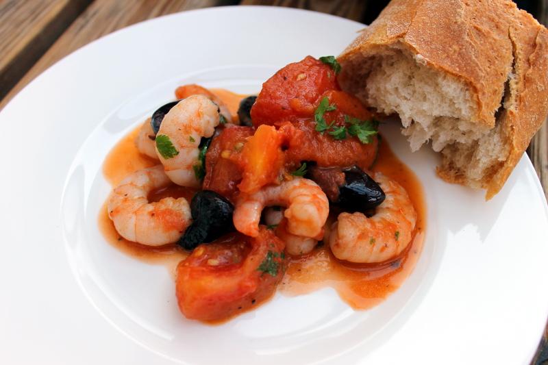 Garnelen mit Tomaten, Oliven und Arak