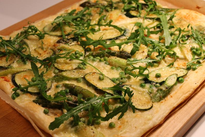 Blätterteigtarte mit grünem Gemüse