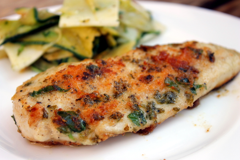 Hühner-Kräuterschnitzel mit Fenchel-Zucchini-Salat