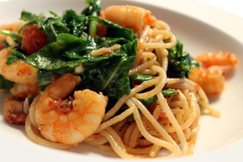 Spaghetti con gamberetti e rucola