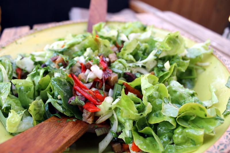 Salat mit gerösteten Paprika und Oliven