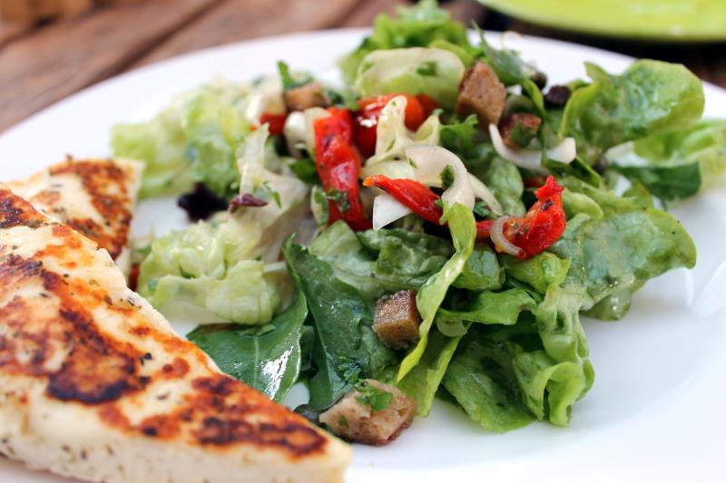 Salat mit gerösteter Paprika und Oliven